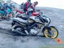 Kumpulan foto unik cara parkir motor Yamaha Vixion di area pasir (10)