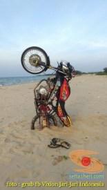 Kumpulan foto unik cara parkir motor Yamaha Vixion di area pasir (20)