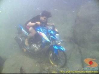Kumpulan foto unik cara parkir motor Yamaha Vixion di area pasir (6)