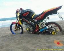 Kumpulan foto unik cara parkir motor Yamaha Vixion di area pasir (8)