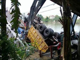 Jembatan Widang, Babat ambrol, ada 3 truk dan 1 sepeda motor terjun ke sungai Bengawan Solo tahun 2018~06