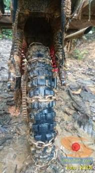gambar 4 detail ojek motor cadas di tengah hutan