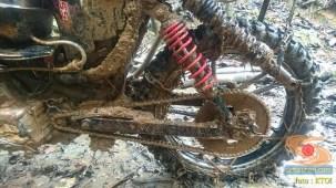 gambar detail ojek motor cadas di tengah hutan