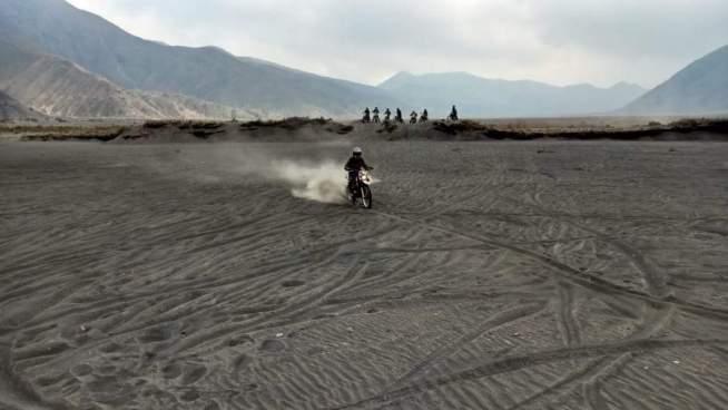 motor trail di gunung bromo main pasir