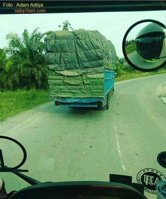 Uang saku terbatas, sopir truk antar pulau ini rela patungan bantu sesama sopir di jalanan