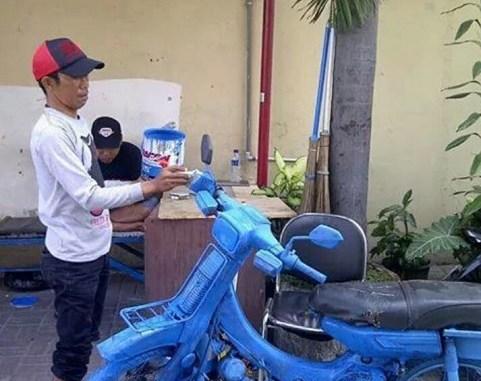 Foto koplak ngecat sepeda motor pakai cat tembok atau semen putih...