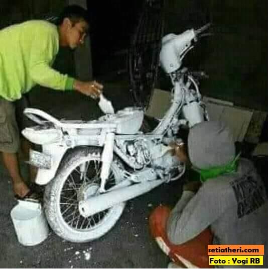 Foto koplak ngecat sepeda motor pakai cat tembok atau semen putih...wkwkwkwkwk