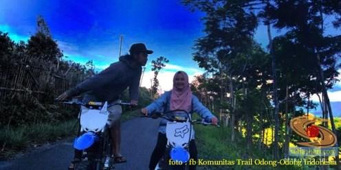Kumpulan foto biker prewedding dan romantisme pasangan diatas motor trail brosis (12)