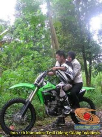 Kumpulan foto biker prewedding dan romantisme pasangan diatas motor trail brosis (4)