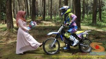 Kumpulan foto biker prewedding dan romantisme pasangan diatas motor trail brosis (6)