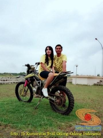 Kumpulan foto biker prewedding dan romantisme pasangan diatas motor trail brosis (7)