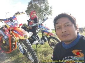 Kumpulan foto biker prewedding dan romantisme pasangan diatas motor trail brosis (9)