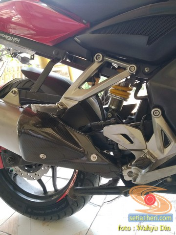 Review Pulsar 200NS pakai shock belakang Ducati Monster 800