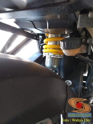 Review Pulsar 200NS pakai shock belakang Ducati Monster 800