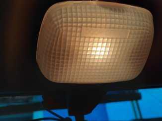 Lampu kabin di mobil, sebaiknya off, on atau door