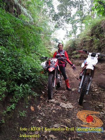 gambar Cewek pakai motor trail (1)
