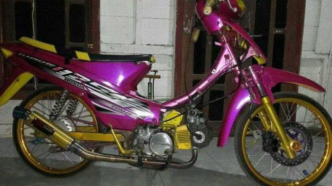 Modifikasi Honda Supra X 125 Warna Pink Merah Jambu Brosis