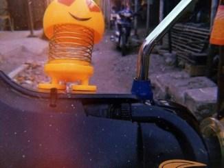Serba-serbi biker, masang boneka mungil di batok sepeda motor