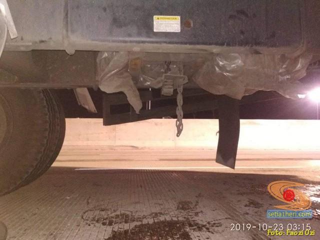Waspada, pencurian ban serep truk di rest area tol (1) cikampek