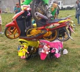 Weladalah motor-motor ini ditumpuk kayak aksi cheerleader..hehehe