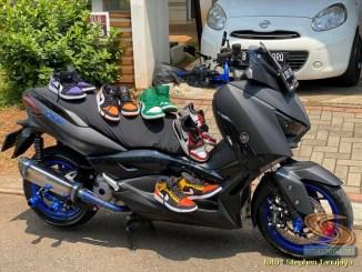 Daftar barang yang jemuran pakai motor..sepatu diatas Yamaha XMAX