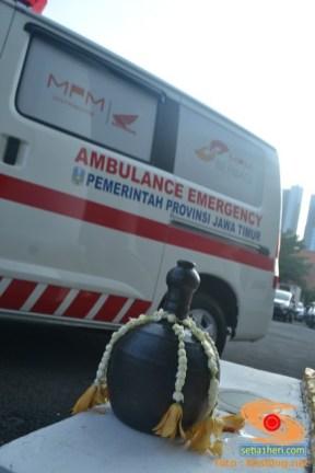 kendi dan ambulance di grahadi jawa timur
