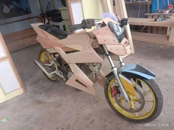 Kreatif...Motor Suzuki Satria ini pakai body motor dari kayu tripleks brosis...