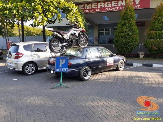 Wow....Towing motor trail diatas mobil sedan Timor asal Semarang (2)