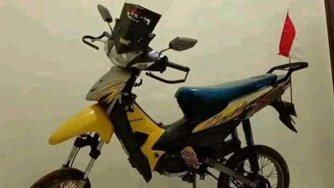 Modifikasi Honda Supramoto jangkung kayak jerapah.
