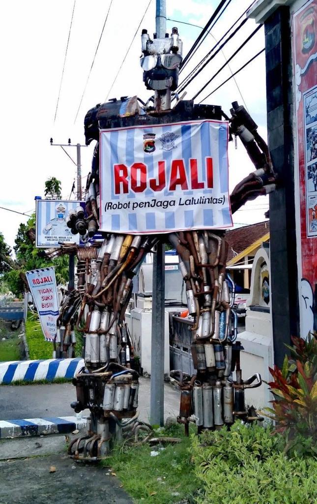 Seni instalasi knalpot brong hasil tilang pak polisi, ada tugu knalpot dan Rojali gans...