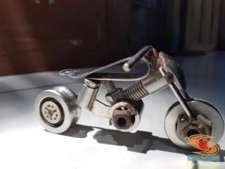 Kreativitas miniatur sepeda motor dari suku cadang bekas di bengkel sepeda motor (4)