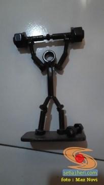 Kreativitas miniatur sepeda motor dari suku cadang bekas di bengkel sepeda motor (5)