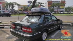 Mobil sedan volvo pasang roofbox dan roofrack