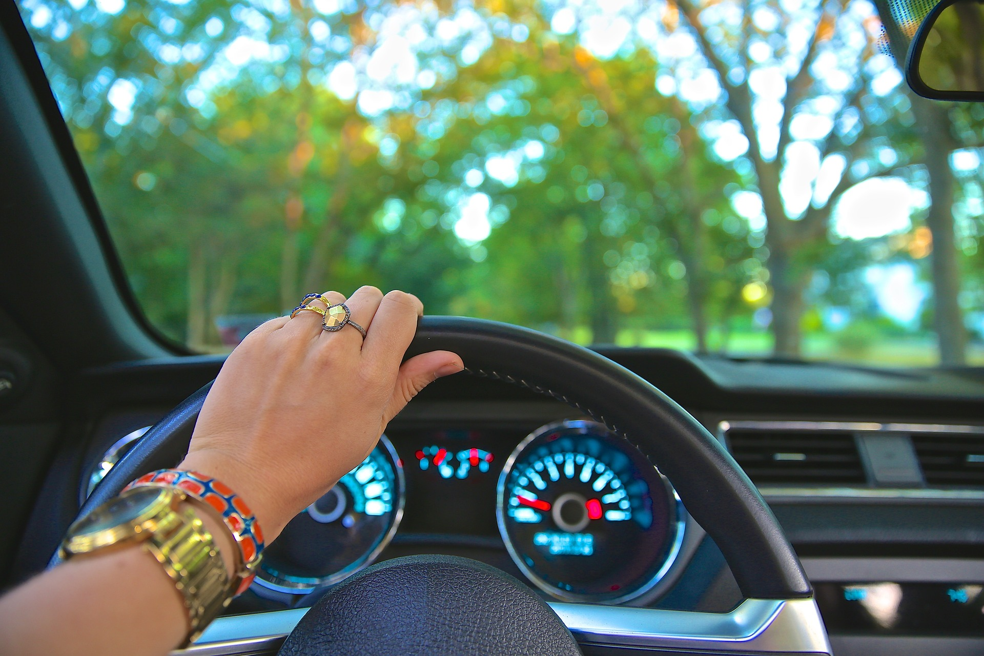 woman-driving-car