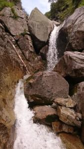 ロープウェイの下を横切りチョックストーンの滝