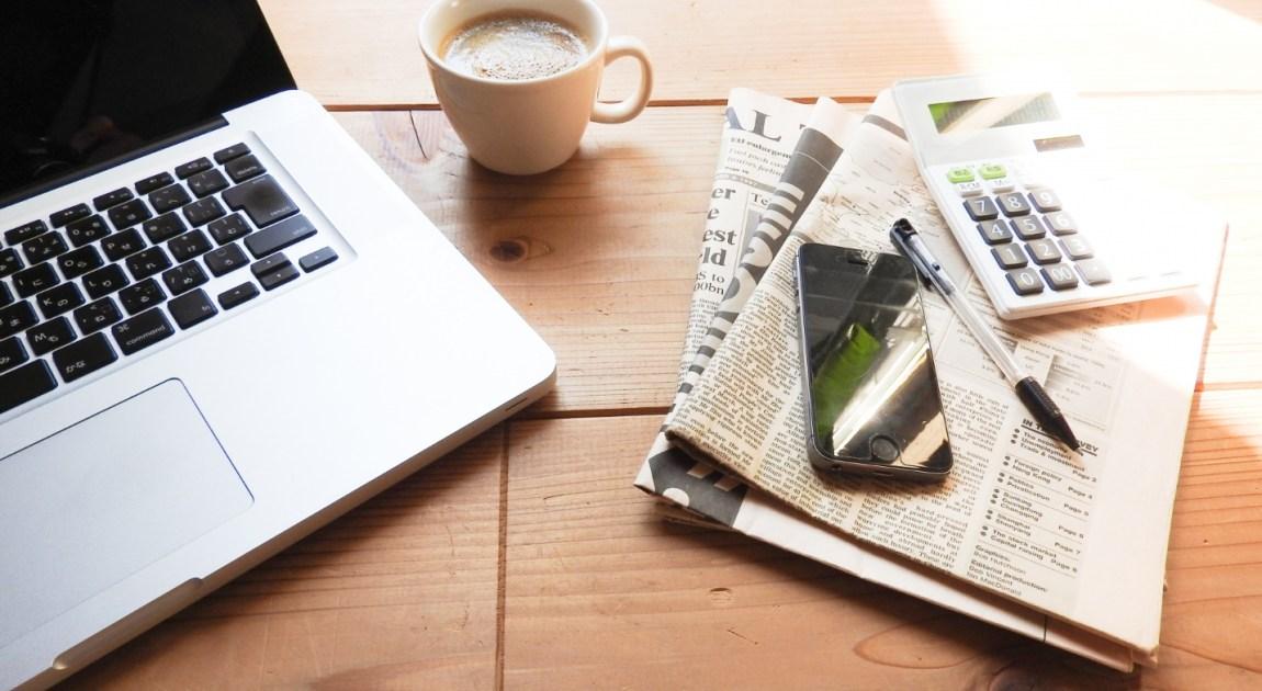 テレワーク時のパソコンとコーヒー