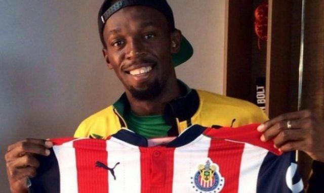 Usain Bolt, fascinado con el nuevo jersey de Chivas
