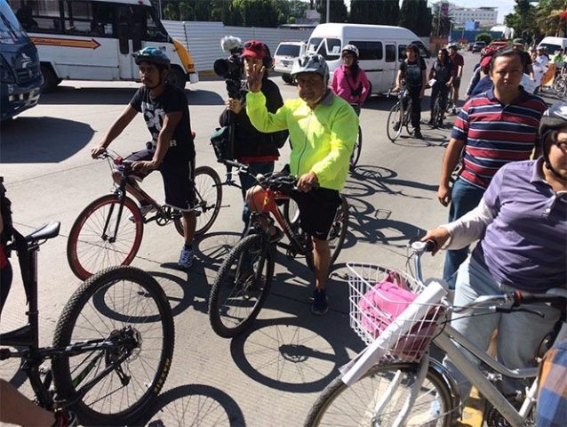 Ciclistas marchan para evitar construcción de ciclopista