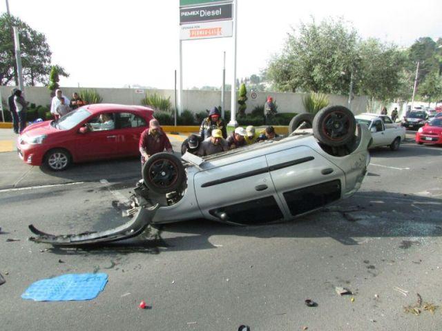 Dos personas lesionadas tras volcadura de auto en Toluca