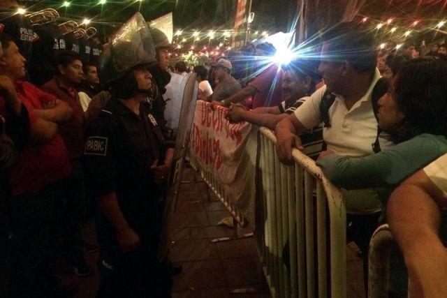 CNTE grita consignas en el grito en Oaxaca