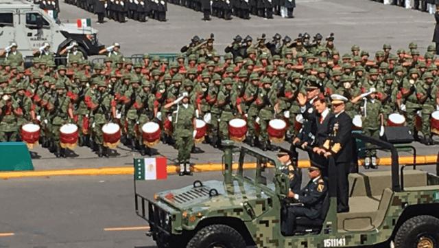 El Presidente Peña Nieto encabeza desfile militar en el Zócalo