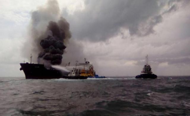 Explota buque arrendado por Pemex en Boca del Río