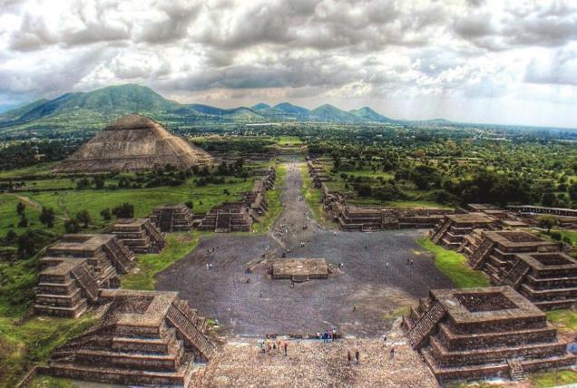 La ciudad de Teotihuacán creció en torno a un plan urbano estructurado en torno a dos ejes axiales. La calzada de los Muertos es el eje norte-sur, mientras que hay otra avenida que inicia en La Ciudadela el eje este-oeste. Foto: formato7.com