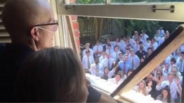 Video: 400 alumnos le cantan a su maestro con Cáncer