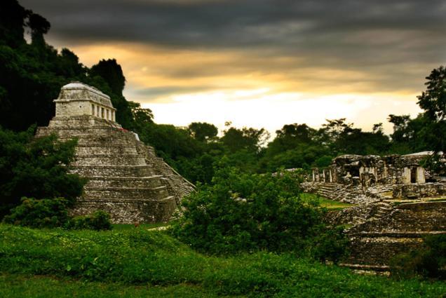 La zona arqueológica más extraordinaria del sureste mexicano. Tuvo su esplendor entre los años 600 y 900 d. C., fue parte del auge del período Clásico Maya y una de las ciudades mas poderosas del entonces mundo maya. Foto: blog.mexicodestinos.com