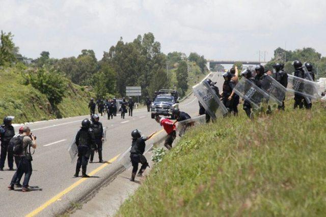 Retienen normalistas a mando de seguridad en Michoacán