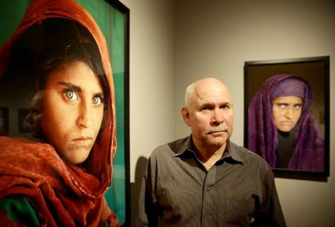 Detienen a joven afgana que salió en National Geographic