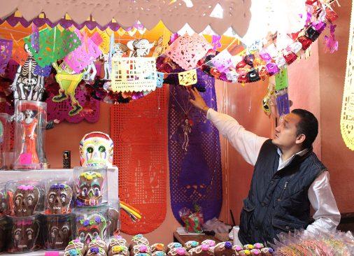 Figuras de papel picado dan vida y color a la tradicional festividad de Día de Muertos