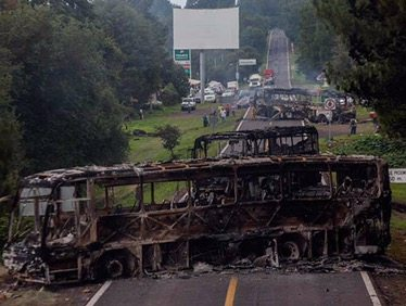Normalistas mantienen 47 vehículos retenidos en Michoacán