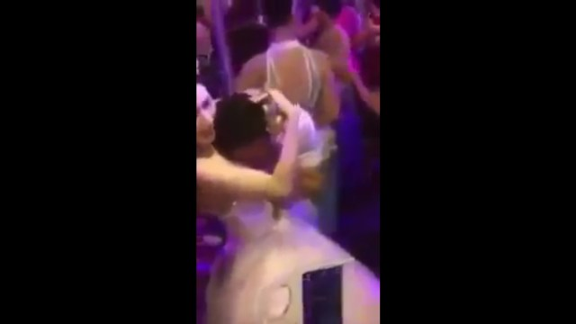Video: Novia se deja tocar los senos durante su boda a cambio de dinero